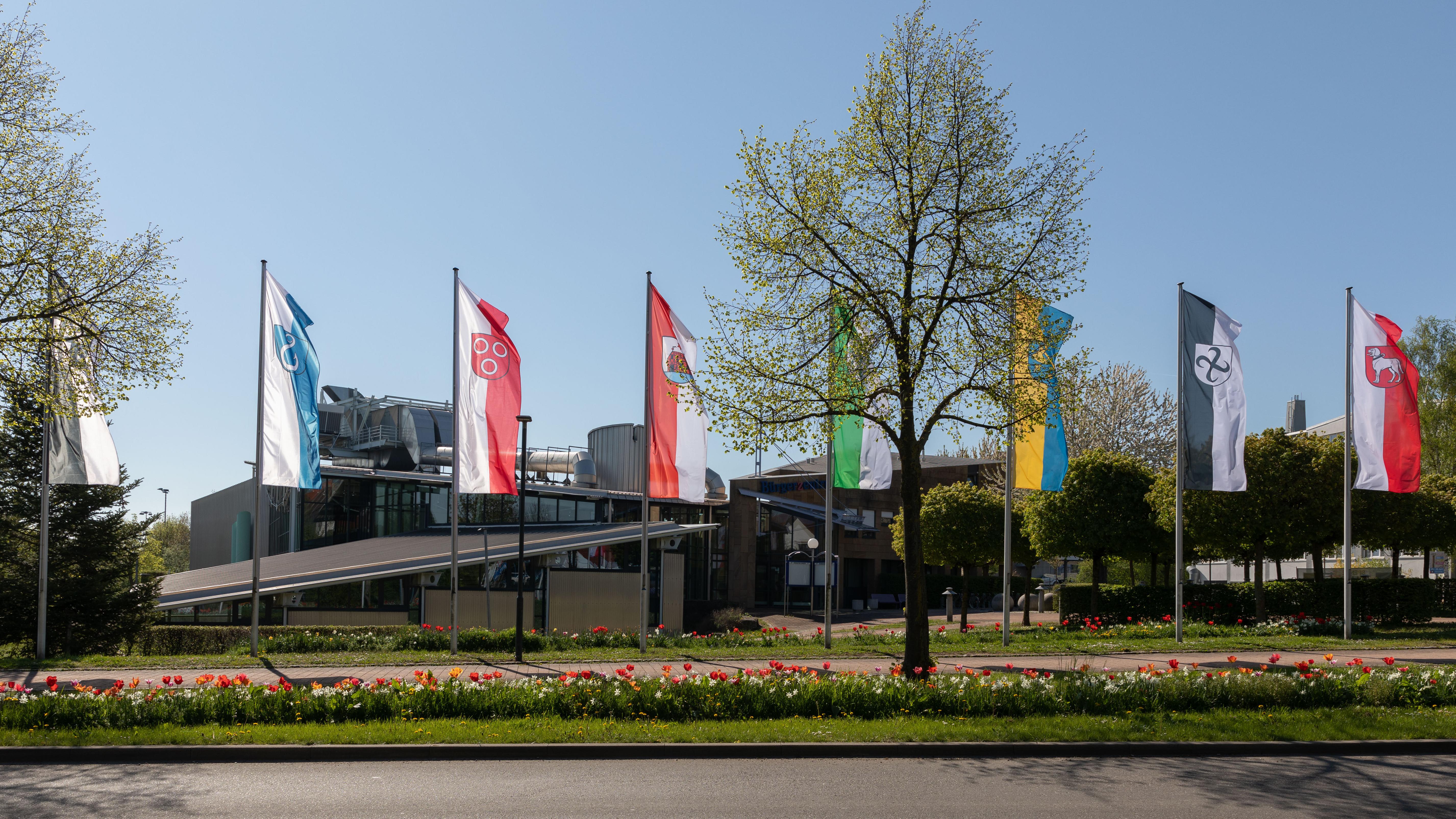Bürgerzentrum mit Fahnen der Stadtteile Brackenheims